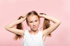 Le porc joyeux de fille adolescente coupe la queue le mode de vie de cheveux photographie stock libre de droits