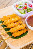 Le porc satay, porc grillé a servi avec de la sauce ou le bonbon à arachide et ainsi Photos stock