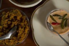 Le porc thaïlandais de nourriture avec la casserole de sel et de poivre noir font frire photos libres de droits