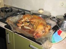 Le porcelet de nourrisson a fait entier cuire au four dans la casserole d'égoutture pendant la cuisson Images stock