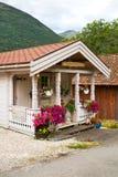 Le porche décoré des fleurs Image libre de droits