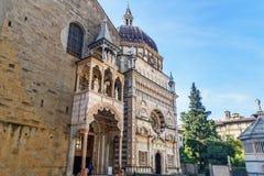 Le porche de Giovanni da Campione de Santa Maria Maggiore et la fa?ade de Cappella Colleoni ? Bergame l'Italie images stock
