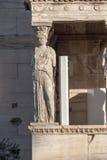 Le porche des cariatides dans l'Erechtheion un temple du grec ancien du côté nord de l'Acropole d'Athènes, Grèce photos libres de droits