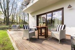 Le porche en bois confortable parfait pour détendent photographie stock libre de droits