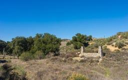 Le porche en pierre reste dans la région sauvage Images stock