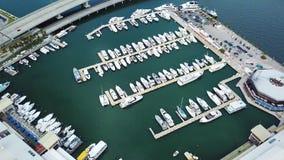 Le port aérien de Miami de panorama avec des yachts et des bateaux après ouragan d'Irma, les îles ensoleillées échouent clips vidéos