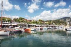Le port de la péninsule française du Saint-Jean-chapeau-Ferrat sur t photos libres de droits