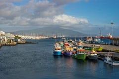 Le port de Ponta Delgada avec les bateaux colorés s'est accouplé, des îles des Açores photographie stock libre de droits
