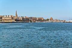 Le port de Saint Malo avec le ciel bleu brittany Photographie stock libre de droits