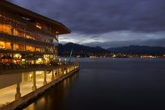 Le port de Vancouver la nuit avec le centre de convention et le nord étayent Image stock
