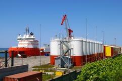Le port du projet de pétrole. sur l'île Sakhaline. Images stock