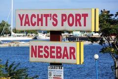 Le port du yacht du signe de Nessebar photographie stock