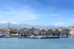 Le port est de beaux yachts et bateaux blancs Photographie stock libre de droits
