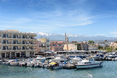 Le port est de beaux yachts et bateaux blancs Photographie stock