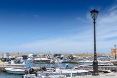Le port est de beaux yachts et bateaux blancs Photos stock