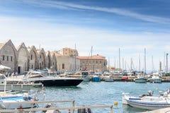 Le port est de beaux yachts et bateaux blancs Photo stock