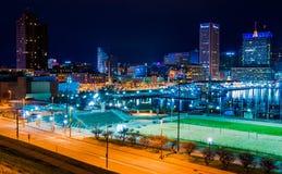 Le port et l'horizon intérieurs de Baltimore pendant le crépuscule de la colline fédérale. Photographie stock libre de droits