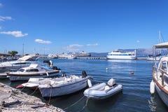 Le port et la nouvelle forteresse de Corfou dans la ville principale fait bon accueil à des revêtements de croisière Images stock