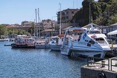 Le port et la nouvelle forteresse de Corfou dans la ville principale fait bon accueil à des revêtements de croisière Image stock