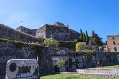 Le port et la nouvelle forteresse de Corfou dans la ville principale fait bon accueil à des revêtements de croisière Photo libre de droits