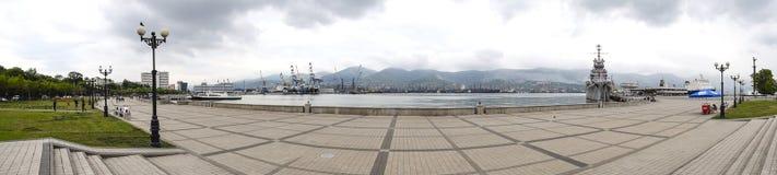 Le port maritime de panorama et la gare ferroviaire ajustent dans la ville de Novorossiysk Baie de Tsemesskaya image stock