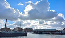 Le port oublié à Gand, bateaux vivants et usines Photos libres de droits