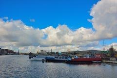 Le port oublié à Gand, bateaux vivants et usines Images libres de droits