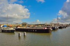 Le port oublié à Gand, bateaux vivants et usines Image stock