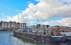 Le port oublié à Gand, bateaux vivants et usines Photo libre de droits
