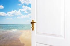 Le porte bianche sono aperte al nuovo mondo, vita, alla spiaggia, la s Immagini Stock