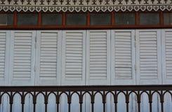 Le porte ed il balcone di legno tradizionali della casa antica, Tailandia Fotografie Stock Libere da Diritti