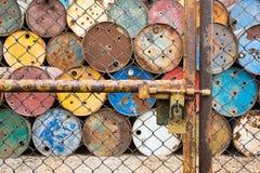 Le porte hanno arrugginito recinto del ferro bloccato per i vecchi carri armati che contengono i prodotti chimici pericolosi Fotografie Stock Libere da Diritti