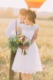Le portrait avant du marié étreignant le dos de jeune mariée Le couple est habillé dans le style de vintage Image libre de droits