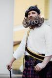 Le portrait beau d'un Ecossais courageux avec une barbe et une moustache étonnantes se courbe dans le style hongrois Photos stock