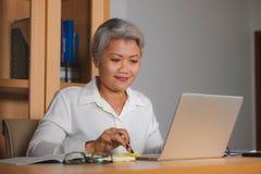 Le portrait d'entreprise de mode de vie du travail du milieu attrayant heureux et r?ussi a vieilli la femme asiatique travaillant photographie stock libre de droits