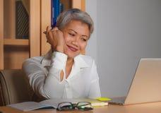 Le portrait d'entreprise de mode de vie du travail du milieu attrayant heureux et r?ussi a vieilli la femme asiatique travaillant images libres de droits