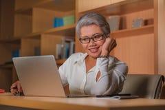 Le portrait d'entreprise de mode de vie du travail du milieu attrayant heureux et r?ussi a vieilli la femme asiatique travaillant photo stock