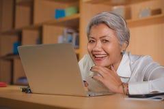 Le portrait d'entreprise de mode de vie du travail du milieu attrayant heureux et r?ussi a vieilli la femme asiatique travaillant images stock
