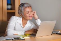 Le portrait d'entreprise de mode de vie du travail du milieu attrayant heureux et r?ussi a vieilli la femme asiatique travaillant photographie stock