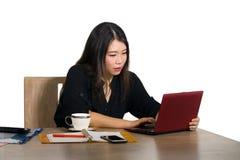 Le portrait d'entreprise de société de la jeune belle et occupée femme d'affaires coréenne asiatique travaillant au bureau d'ordi photos stock