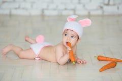 Le portrait d'un bébé mignon s'est habillé dans des oreilles de lapin Image libre de droits
