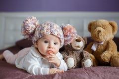 Le portrait d'un beau bébé avec la peluche joue Photo stock