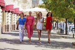 Le portrait d'un beau jeune quatre femmes marchent sur la ville d'été Photo stock