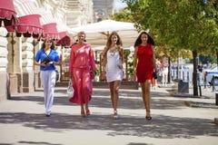 Le portrait d'un beau jeune quatre femmes marchent sur la ville d'été Photos libres de droits