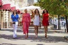 Le portrait d'un beau jeune quatre femmes marchent sur la ville d'été Image libre de droits