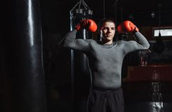 Le portrait d'un boxeur dans le gymnase, un homme semble agressif images stock