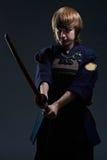Le portrait d'un combattant de kendo avec bokken Photographie stock libre de droits
