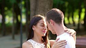 Le portrait d'un couple affectueux en été se garent sur le fond des arbres verts banque de vidéos