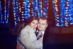 Le portrait d'un couple affectueux sur le fond de la nuit s'allume dedans images libres de droits
