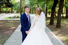 Le portrait d'un couple de nouveaux mariés sur un mariage marchent Concept d'un jeune couple heureux Image stock